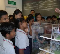 The children listen to the explanation on the processing method of Ajinomoto® products at 1909 Infoseum.